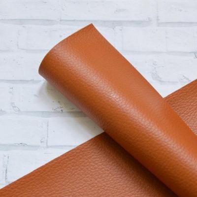 Отрез кожзама однотонный с мелкой текстурой, тонкий и плотный, 33х55 см, рыжевато-коричневый